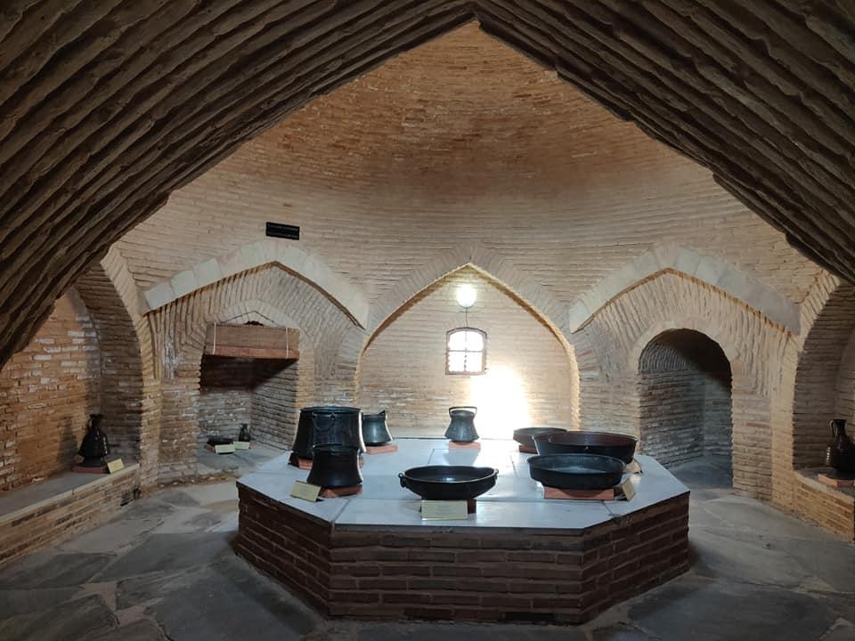 Il complesso del mausoleo Khoja Ahmed Yasawi a Turkistan: i bagni (hamam) sono immancabili nei luoghi di pellegrinaggio