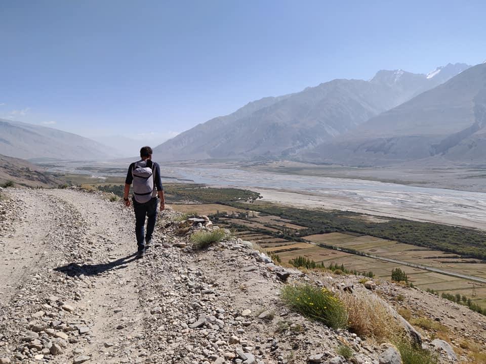 Scendendo a piedi da Bibi Fatima, lungo la valle del Wakhan. A destra, oltre il fiume Panji, l'immancabile Afghanistan.