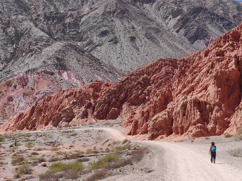 attraverso la montagna dei 7 colori nella quebrada de humahuaca a purmamarca vicino tilcara