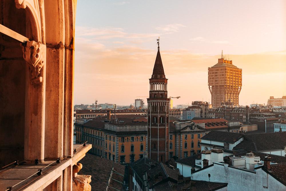 In lontananza la torre Velasca, uno dei simboli della città di Milano