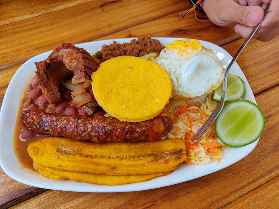 Bandeja Paisa, pesantissimo piatto tipico contadino colombiano (ma anche molto gustoso)