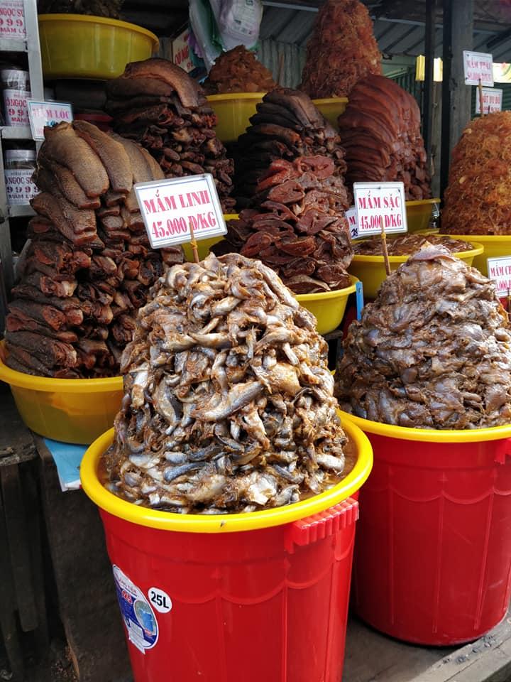 cibi inquietanti al mercato di Chau Doc
