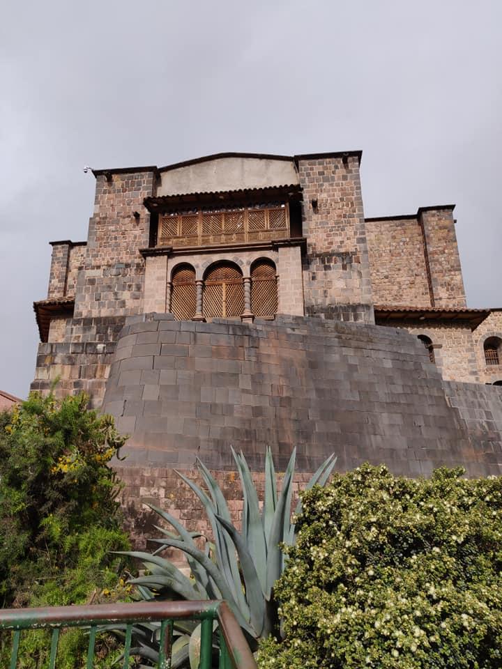 Vista del Qoracancha: sotto il tempio del sole dei re inca, sopra la basilica di San Domenico