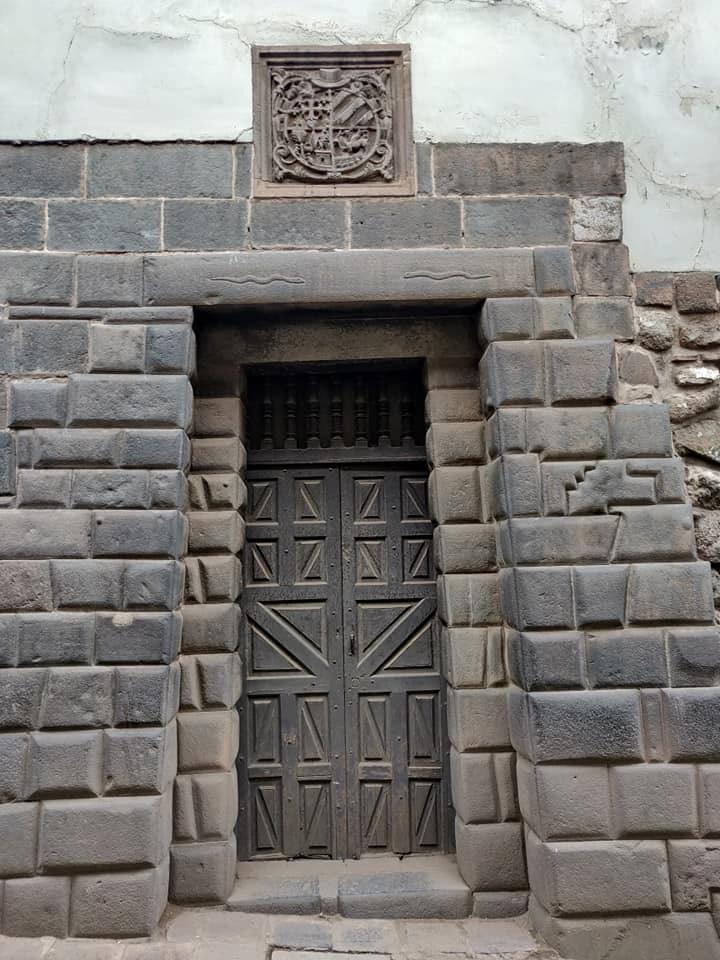 portale quechua nel centro di Cuzco con una pietra da 11 spigoli