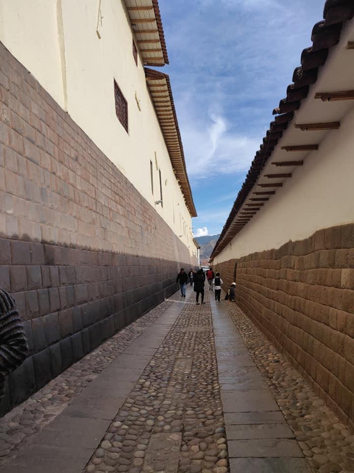 Via dove si nota perfettamente la differenza tra muri quechua e muri europei