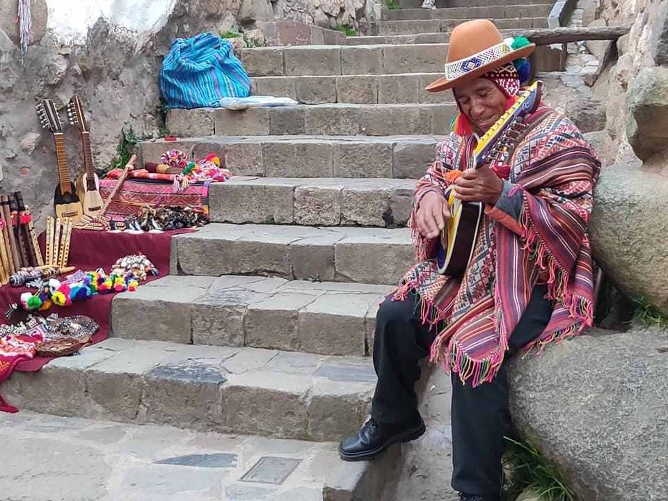 cantore folkloristico nel centro di Cuzco