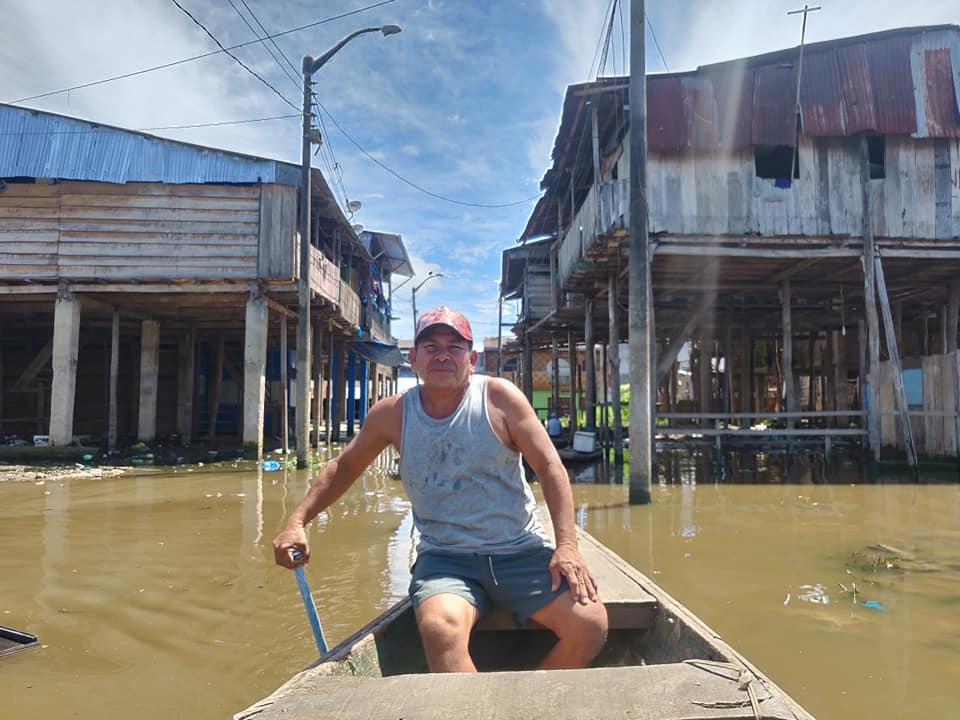 Raul guida il suo pekepeke attraverso i canali di Bele, quartiere di Iquitos
