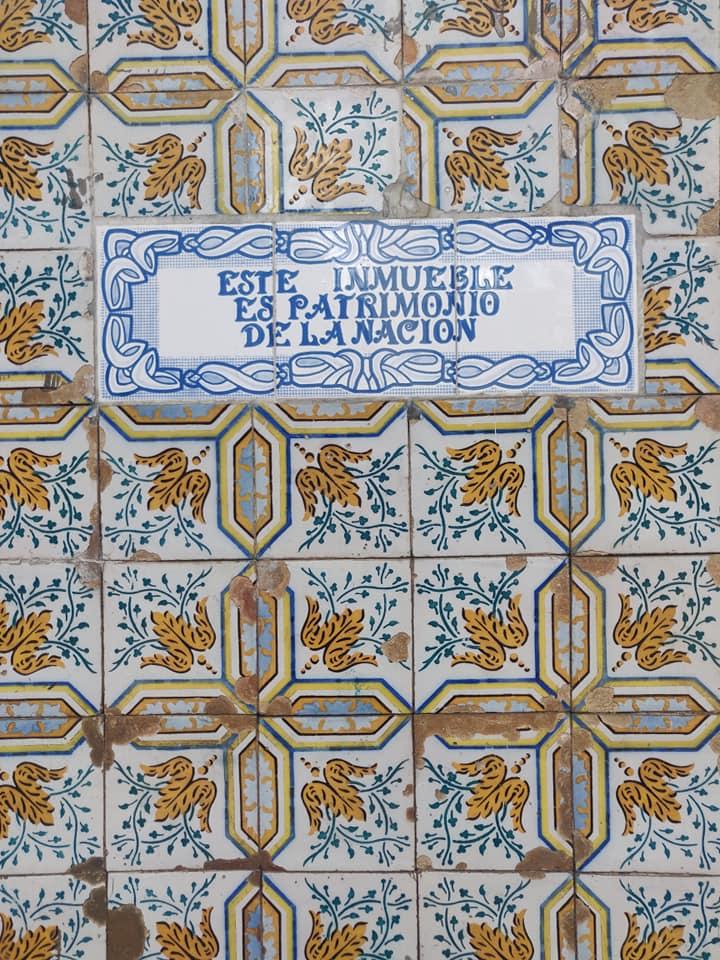 Le famose maioliche tipiche di Iquitos sulla parete di un edificio del centro
