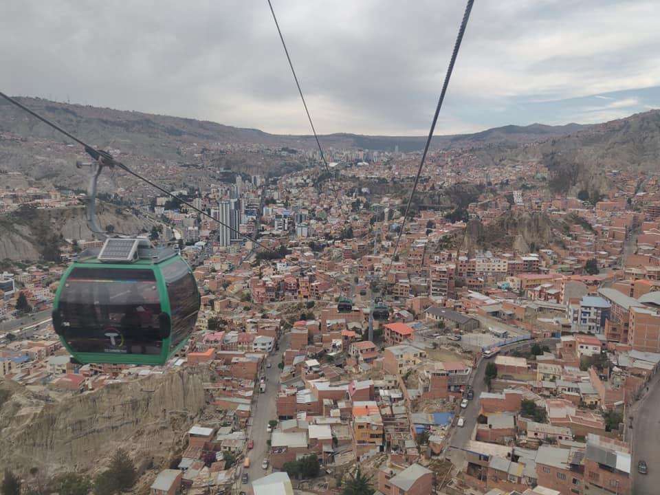 L'immensità di case della metropoli La Paz vista dalla teleferica