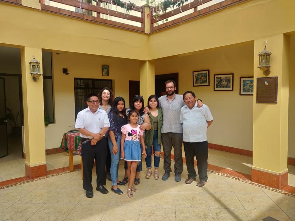 Tutti insieme nel chiostro della parrocchia di Lurin a Lima Sud