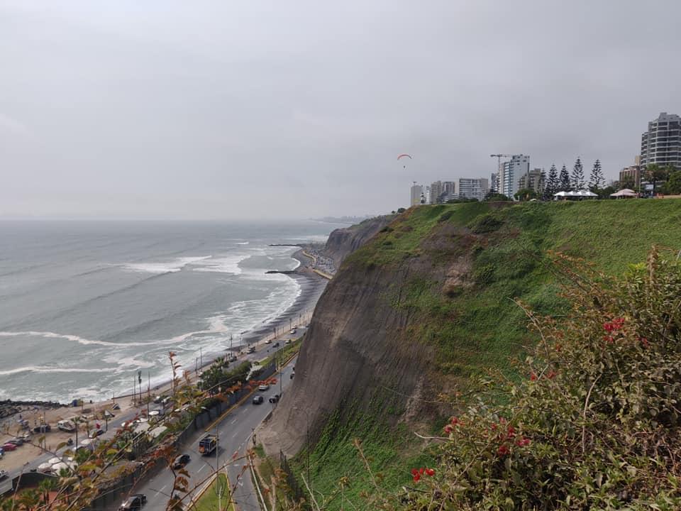 vista della costa di Lima dal quartiere Miraflores