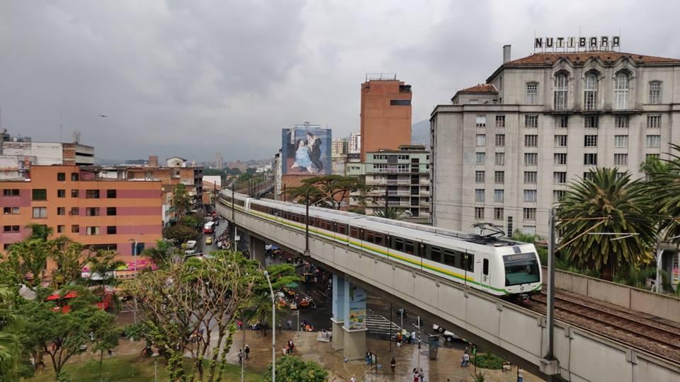 La metro passa sopra la Plaza Botero per arrivare alla fermata Parque Berrio  a Medellin