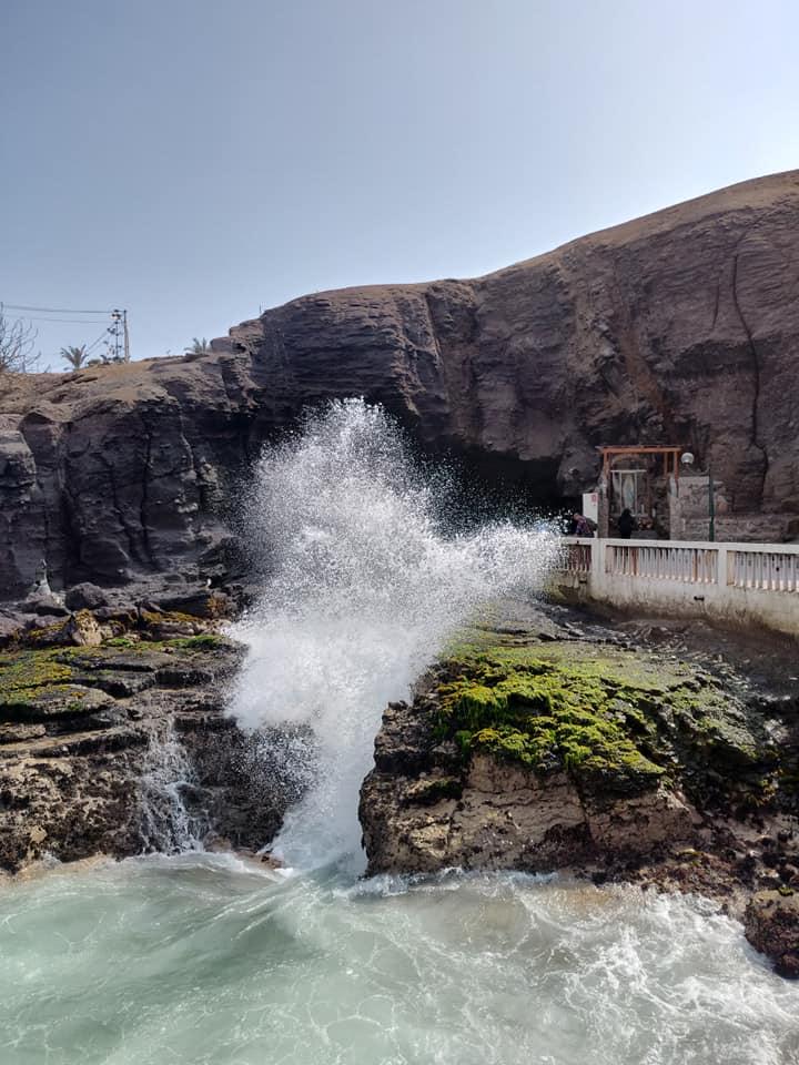 Il boqueron, pertugio che sbocca direttamente sull'oceano pacifico a Pucusana in Perù