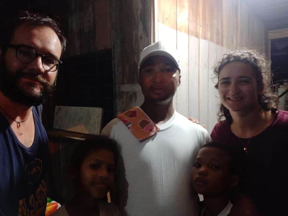 Carlos e alcuni dei suoi bimbi a Nuevo Rocafuerte in Ecuador