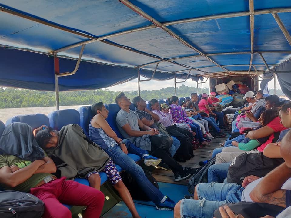 Passeggeri della lancia a motore nella rotta tra Nuevo Rocafuerte e El Coca in Ecuador