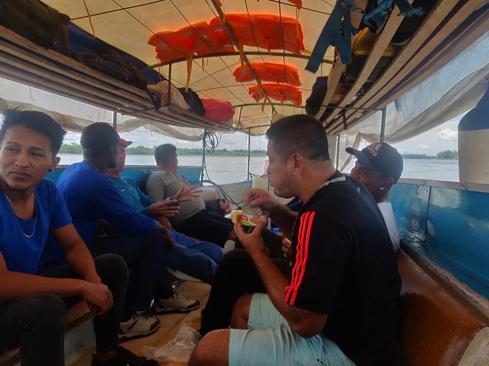passeggeri della barca di Llorlli in attesa di partire sul fiume Napo verso Santa Clotilde