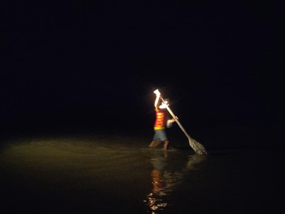 Liberare la barca nella notte del Rio Napo nella foresta amazzonica tra Perù ed Ecuador