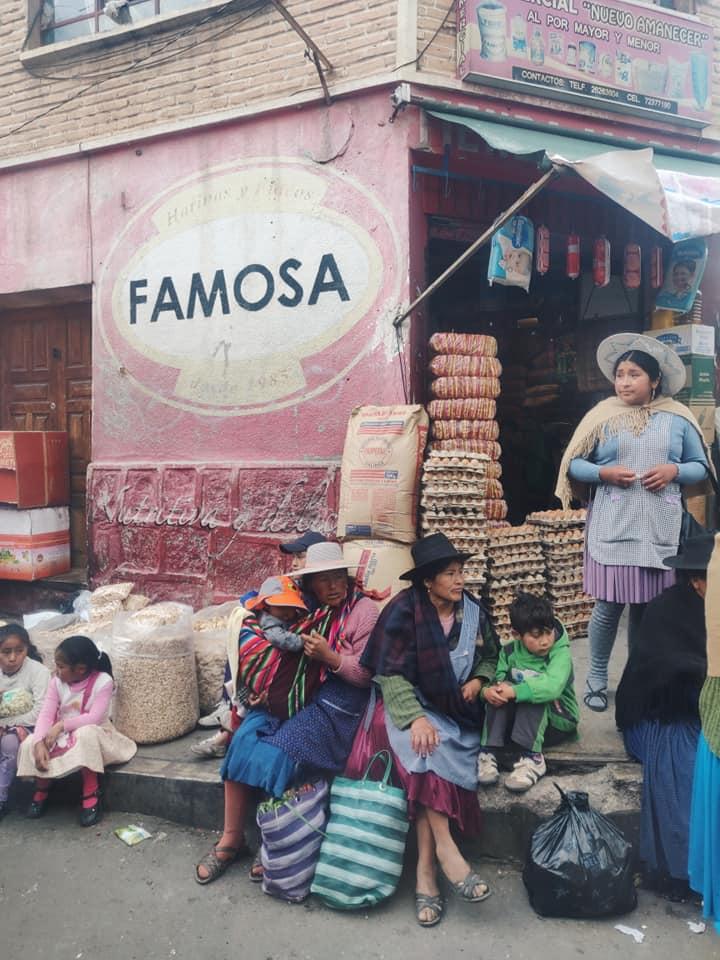 per le strade di potosi in Bolivia