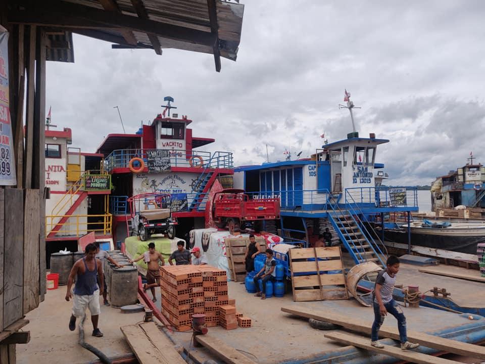 Navi cargo pronte per solcare il fiume Maranon che diventerà rio delle amazzoni per giungere a Iquitos