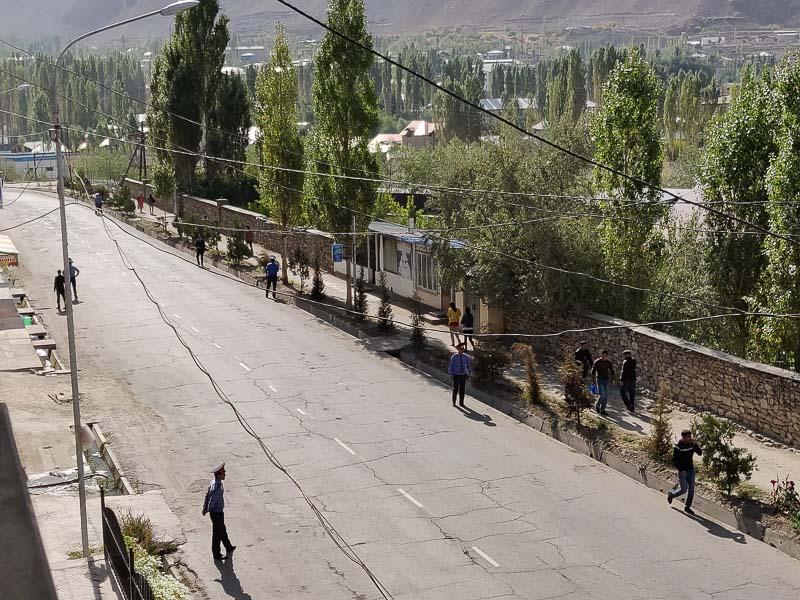Altopiano del Pamir: via principale di Khorog sorvegliata da innumerevoli poliziotti in occasione della visita del presidente a Khorog