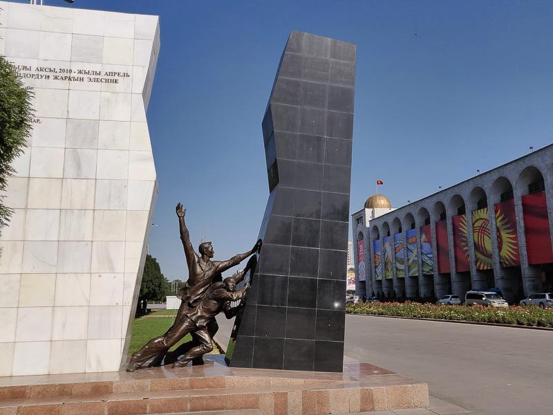 Kirghizistan da vedere: il monumeto ai caduti del 2010 a Bishkek