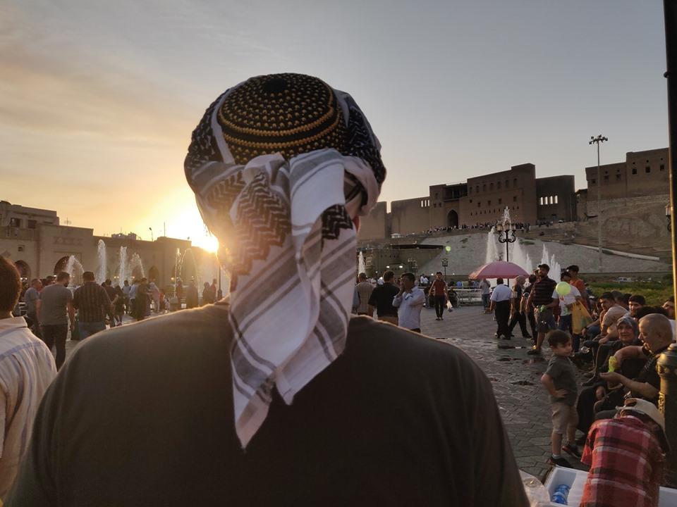 La Cittadella antica di Erbil vista dalla piazza principale; e la prova che la collezione di Urbo di cappelli dal mondo continua (ora indossia fieramente un copriracapo curdo della zona di Erbil)