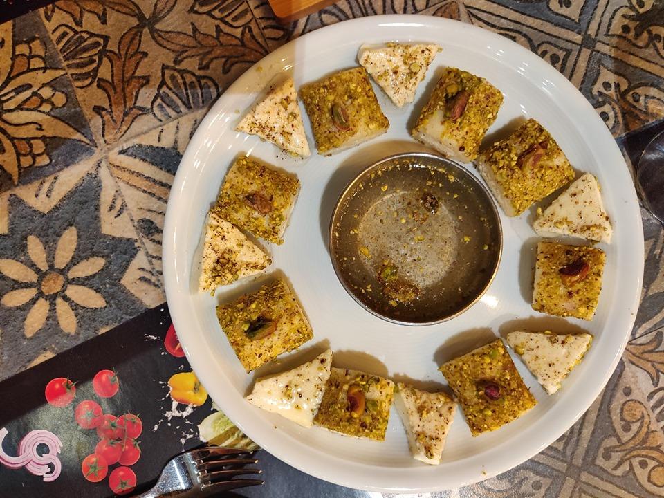 Halawet el Jibn, strepitoso dolce siriano a base di formaggio, pistacchi e acqua di rose