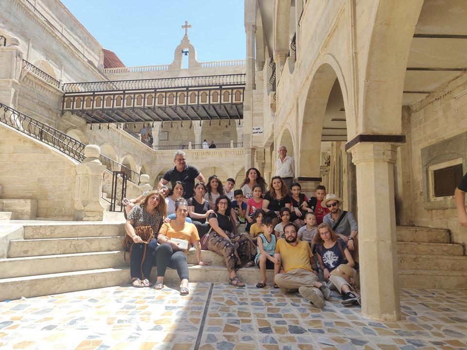 foto con una compagnia di cristiani iraqeni