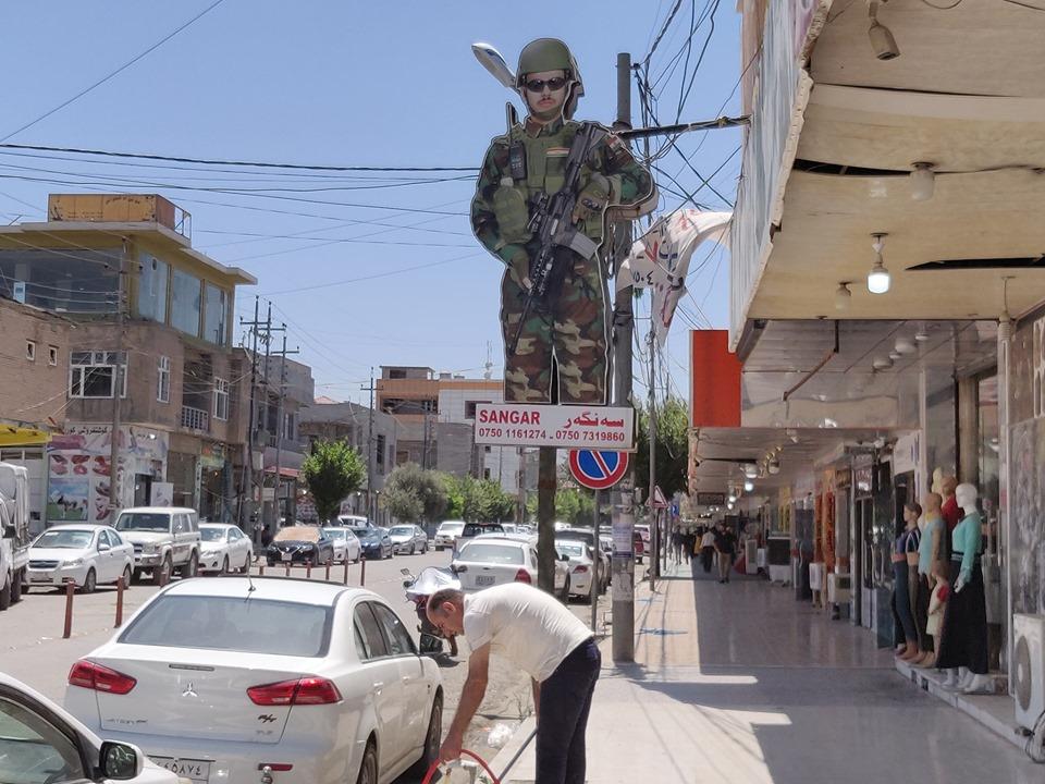 pubblicità di negozi di armi e abbigliamento militare in Kurdistan