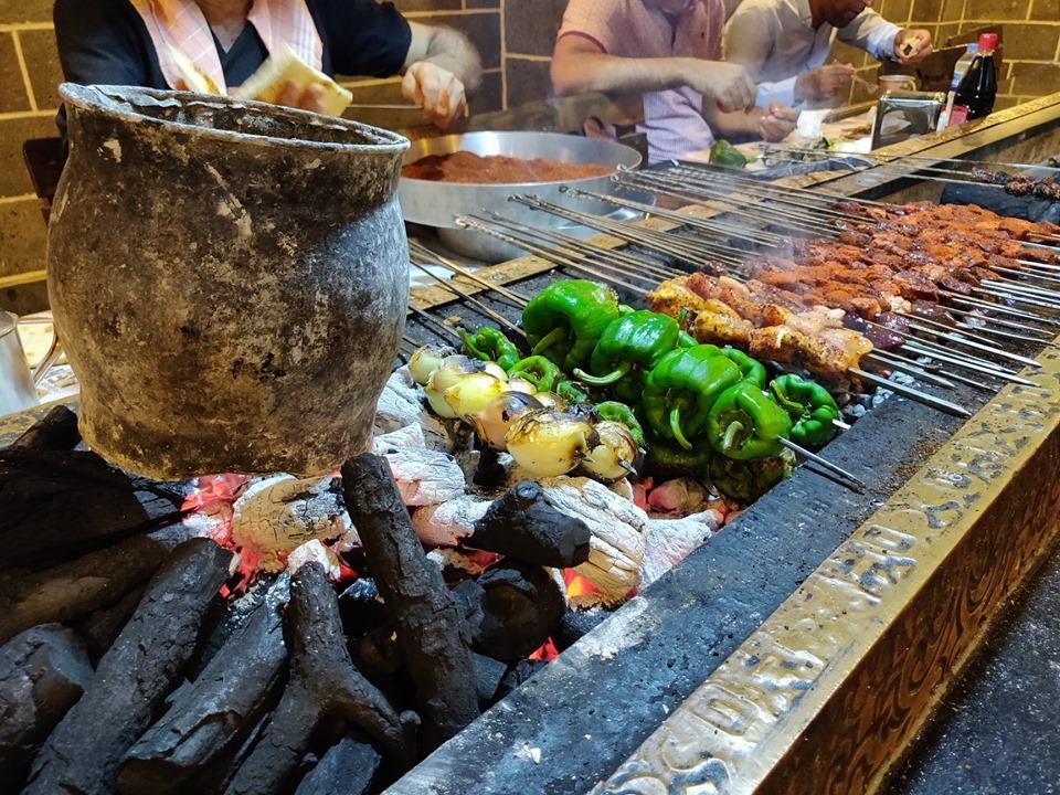 Il cibo più tipico di Diyarbakir è il Cigler, uno spiedone di fegato speziatissimo servito con verdure e accompagnato idealmente dalla bevanda ayrab (a base di yogurt)