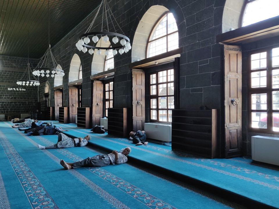 Riposo e refrigerio all'interno della Ulu Camii, il quinto luogo sacro per i mussulmani nel mondo e la più antica della Turchia