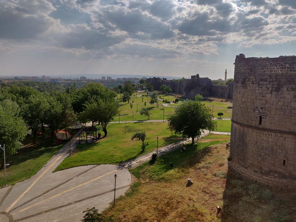 Un tratto delle mura della città e un piccolo scorscio dei giardini Hevsel, siti UNESCO